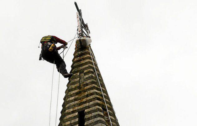 Opération périlleuse sur le clocher de l'église de St Jacut de la Mer