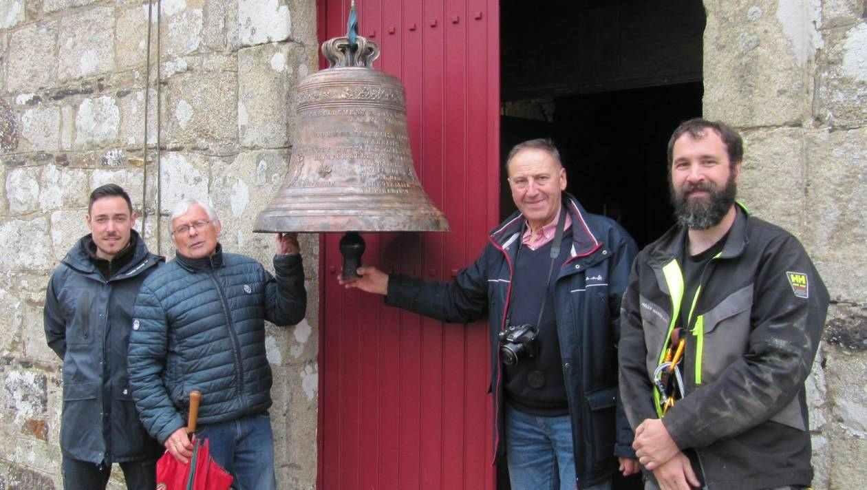 TREGOMEUR: Après des réparations, la cloche retrouve sa place