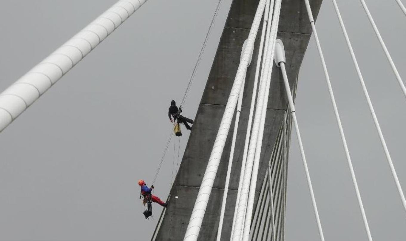 Des cordistes à l'assaut du Pont de Térénez